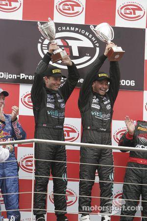 Podium GT1 : vainqueurs de classe et au général Jamie Davies et Thomas Biagi