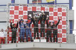 Podium GT1 : Les vainqueurs de classe et au général Jamie Davies et Thomas Biagi, avec Karl Wendling