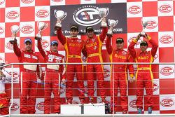 Podium GT2 : vainqueurs de classe Matteo Bobbi et Jaime Melo,Chris Niarchos et Tim Mullen (2e), et Mika Salo et Rui Aguas (3e)