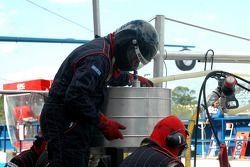 Membres de l'équipe préparent les outils de ravitaillement