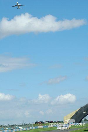 Un avion vole vers Donington