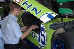 Un technicien du Krohn Racing au travail