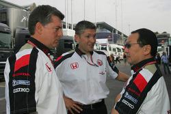 Nick Fry, Yasuhiro Wada, Başkanı, Honda Racing Development Şef Sorumlusu, ve Otmar Szafnauer, Vice B