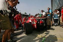 Foule de médias internationaux devant le garage de Michael Schumacher