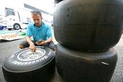 Darren de DPR vérifie les pneus