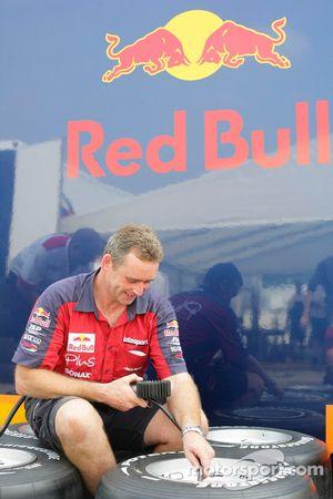 Ingénieur Arden vérifie les pneus