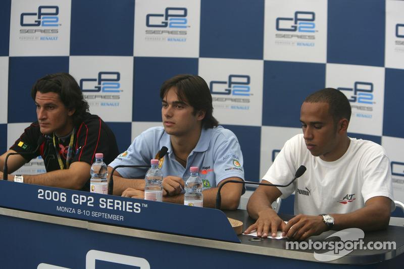 Nelsinho dando entrevista ao lado de Lewis Hamilton