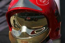 Le reflet de Scott Speed sur un casque de commissaire