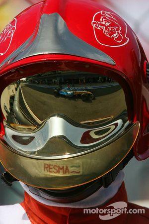 Le reflet de Fernando Alonso sur un casque de commissaire