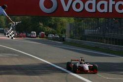 Giorgio Pantano salué par le drapeau à damiers remporte la course