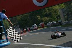 Lewis Hamilton salué par le drapeau à damiers
