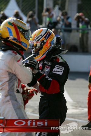 Giorgio Pantano fête sa victoire avec Lewis Hamilton