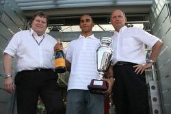 Ganador Campeonato GP2 2016 Lewis Hamilton Ron Dennis y Norbert Haug