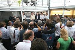 Spyker MF1 Racing basın toplantısı: Victor R. Muller, Şef Sorumlusu, Spyker Cars N.V. ve Spyker MF1