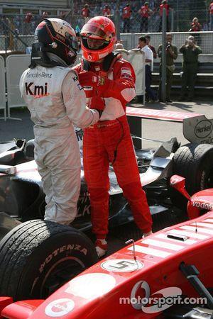 Ganador de la carrera Michael Schumacher con Kimi Raikkonen