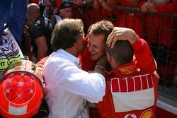 Ganador de la carrera Michael Schumacher celebra con Luca di Montezemolo