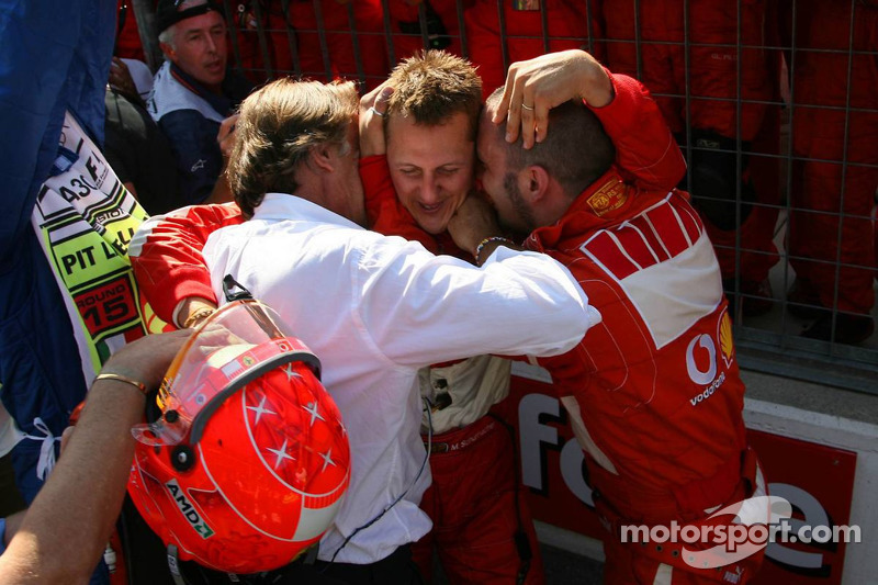 Yarış galibi Michael Schumacher kutlama yapıyor ve Luca di Montezemolo