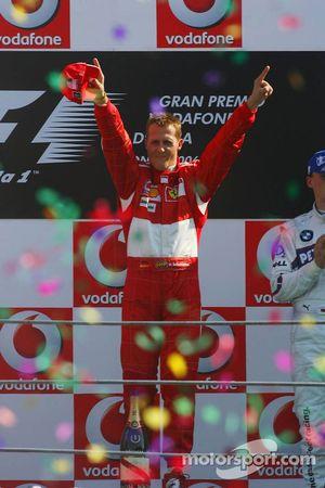 Podio: ganador de la carrera Michael Schumacher