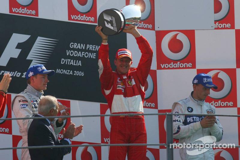 Podio: ganador de la carrera Michael Schumacher, segundo lugar Kimi Raikkonen y el tercer lugar Robe