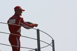 Podio: champagne para Michael Schumacher ganador de la carrera