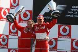 Podio: ganador de la carrera Michael Schumacher y Jean Todt