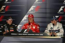 Conférence de presse FIA : le vainqueur Michael Schumacher avec Kimi Raikkonen et Robert Kubica