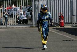Fernando Alonso rentre à pieds aux stands