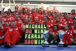 Michael Schumacher celebra su triunfo número 90 y el 190 para Ferrari con los miembros del equipo Fe