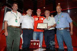 Michael Schumacher reçoit un diplôlme de ski