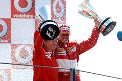 Podium: le vainqueur Michael Schumacher et Jean Todt