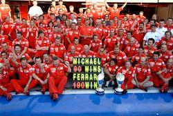 Michael Schumacher celebra su victoria 90 y la 190 de Ferrari
