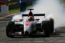 Le champion des GP2 Series Lewis Hamilton célèbre sa victoire
