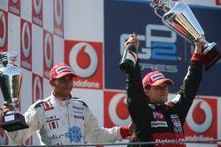 Le vainqueur Giorgio Pantano et Lewis Hamilton, le champion GP2 Series