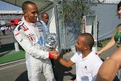 Le champion GP2 Series Lewis Hamilton fête avec son frère Nicolas