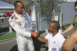Campeón de la GP2 Series Lewis Hamilton celebra con su hermano Nick