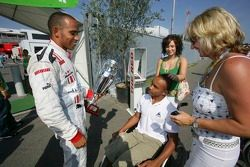 Le champion GP2 Series Lewis Hamilton fête avec sa mère Linda Hamilton et son frère Nicolas