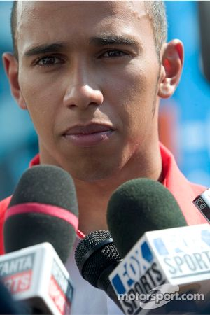 Le champion des GP2 Series Lewis Hamilton