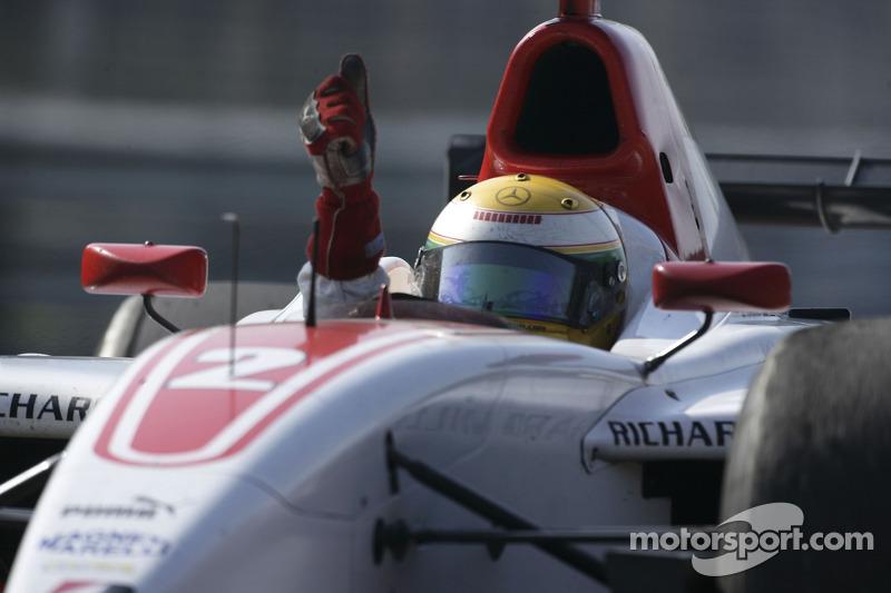 Льюис празднует титул в GP2