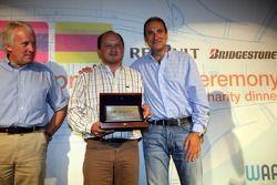 Le team ART Grand Prix reçoit le trophée de la première place pour les équipes