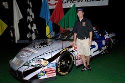 Clint Bowyer à côté de sa Chevrolet Monte Carlo No. 2 ACDelco après le dévoilement de la décoration