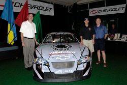 Ed Peper, le General Manager Chevrolet , le pilote des NASCAR Busch Series Clint Bowyer et Jim Moloney de ACDelco/GM Goodwrench à côté de ka No. 2 ACDelco Chevrolet Monte Carlo after unveiling its Red Hot Chili Peppers paint scheme