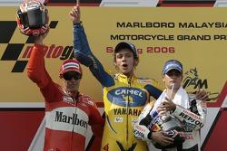 Podio: ganador de la carrera Valentino Rossi con Loris Capirossi y Dani Pedrosa