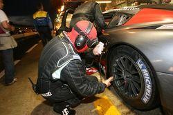 Membres de l'écurie Russian Age Racing au travail