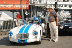 David Smith et un mécanicien avec sa MGA MkII 1962