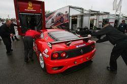 Les membres du Risi Competizione chargent la Ferrari 430 GT Berlinetta dans le transporteur