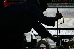 Un membre de l'équipe Intersport Racing au travail