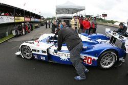 Membres du Dyson Racing poussent la voiture au garage