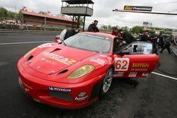 Membres du Risi Competizione poussent la voiture dans la pitlane