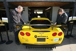 Membres du Corvette Racing au travail sur la Corvette C6-R