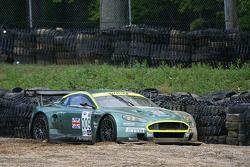 L'Aston Martin Racing Aston Martin DB9 de Pedro Lamy après son accident